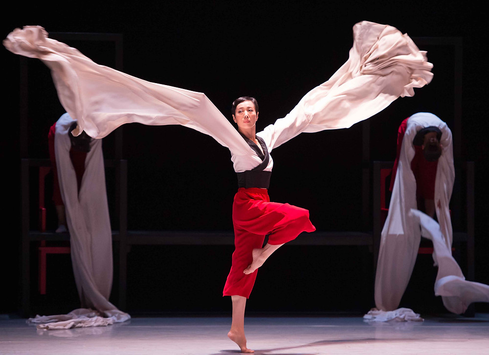 城市當代舞蹈團《365種係定唔係東方主義》 概念及編舞:曹誠淵     編舞:刑亮 攝影:Conrado Dy-Liacco