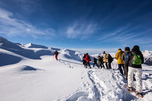 groupe de randonneurs suivant leur guide gb montagne