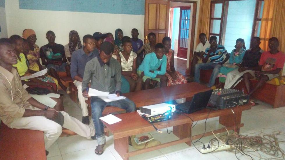 Projection d'une vidéo sur le cycle menstruel à Gatumba