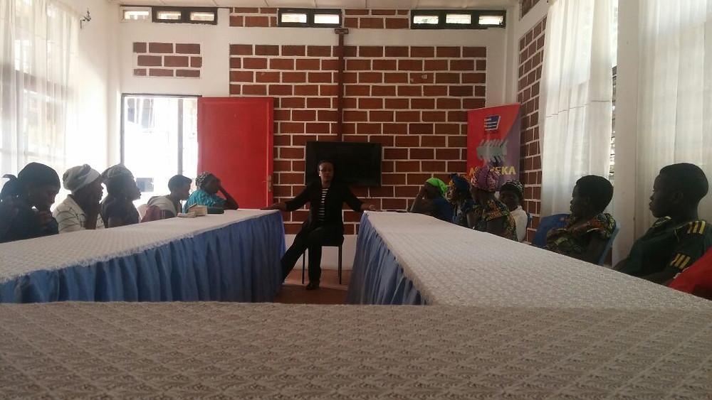 Mme Françoise NIBIZI, directrice exécutive de SaCoDé, présente  le projet Isuku aux nouvelles participantes.