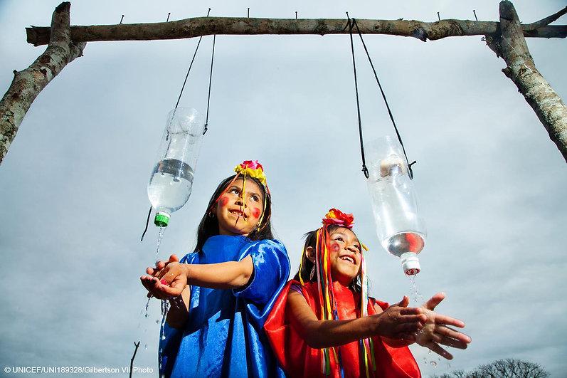 UNICEF Kinder mit Wasserflaschen