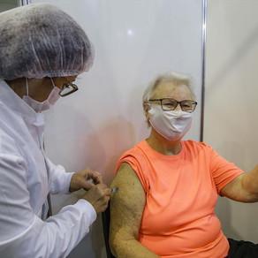 Casal de 74 anos fecha a vacinação no Pavilhão da Cura neste sábado
