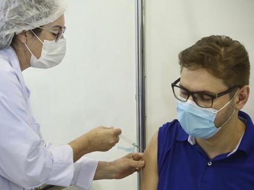 Capital remaneja doses e amplia vacinação para 54 e 53 anos