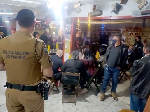 Noite do feriado é marcada por aglomerações em bares da Capital