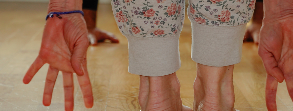 Lady wearing comfortable leggings to a yoga class at home.
