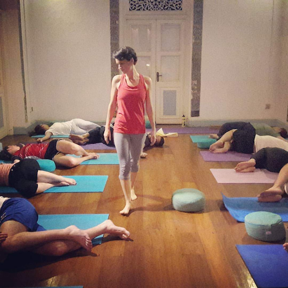 Carrie from Live Online Yoga classes The Frog Project teaching Yoga at Prana Lounge in Columbo, Sri Lanka.