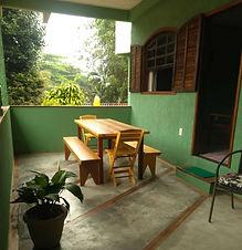 1-frente-varanda-com-mesa.jpg