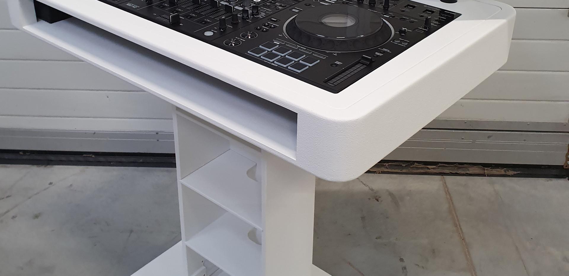 DJ booth wit achter (+ 2 optionele laptopstandaarden)