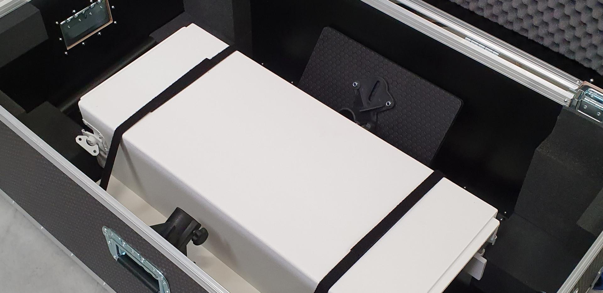 Dj booth wit gedeeltelijk in transportcase