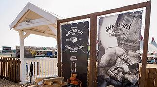 Jack Daniel's Festivalmodul, Messebau, Festival, Festivalproduktion, Festivalstand, Festivalmodul, Holzbau, Tischlerei, Messestand, Hamburg, Container, Containerbau, Containermodul, Containerbar, Containerumbau, Containerhotel, Nomade & könig, Foodtruck, Bartruck, Busumbau, Gestaltung, Design, Produktion, Blackdata, Blackdata Construction, Verkaufsstand, Bar, Tresen