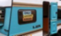 American Spirit Wohnwagen, Messestand, Festivalmodul, Messebau, Festival, Festivalproduktion, Festivalstand, Holzbau, Tischlerei, Messestand, Hamburg, Container, Containerbau, Containermodul, Containerbar, Containerumbau, Containerhotel, Nomade & könig, Foodtruck, Bartruck, Busumbau, Gestaltung, Design, Produktion, Blackdata, Blackdata Construction, Verkaufsstand, Bar, Tresen, Promotionfahrzeug