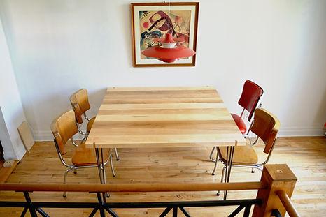 Table en merisier massif    Design: Sylvain André-Jacques Ébénisterie    Crédit photo: Sylviane Robini Photographe