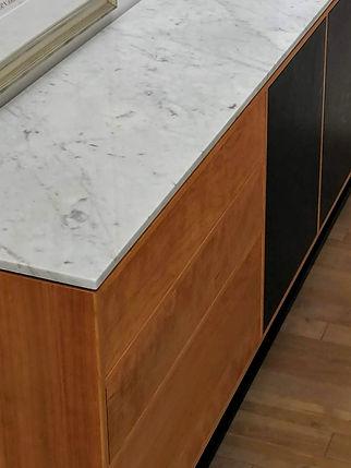Buffet en Cerisier et marbre blanc ''Bianco Carrara' déposésur base en acier fini noir    Design: Sylvain André-Jacques Ébénisterie