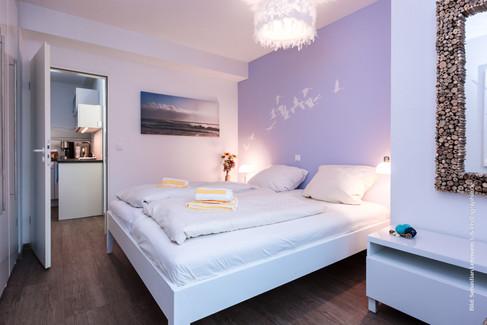 Schlafzimmer mit Doppelbett (1,80 x 2,00m) und großem Einbaukleiderschrank