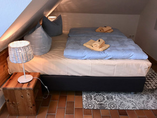 Großes Schlafzimmer mit Doppelbett (Boxspringbett) 180 x 200