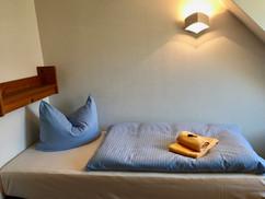 Kleines Schlafzimmer mit 2 Einzelbetten (Boxspringbetten) je 90 x 200