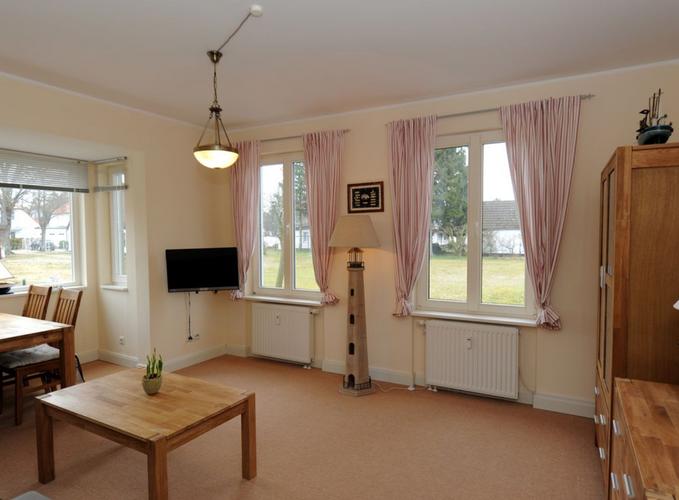 Die Ferienwohnung Wiking liegt im Erdgeschoss des Ferienhauses Haus Borée. Sie ist modern und geschmackvoll eingerichtet und verfügt über Wohnzimmer, Schlafzimmer, Küche, Flur und Bad mit Dusche. Das Schlafzimmer bietet ein Doppelbett, einen großen Kleiderschrank, Kommode, 2 Sessel und ein ausziehbares Einzelbett.