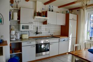 In der gut ausgestatteten offenen Küche finden Sie einen Herd (4- Cerankochfeld und Backofen), Geschirrspüler, Kühlschrank mit Gefrierfach und Mikrowelle vor. Neben der Kaffeemaschine steht Ihnen ein Wasserkocher und ein Toaster zur Verfügung.
