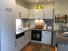 Der offene Küchenbereich schließt sich an den Eßbereich an und ist komplett ausgestattet. - Kühlschrank/***Gefrierfach, - Dunstabzug, Geschirrspüler,  - 4-fach Ceran-Herd mit Backofen,  - Kaffeemaschine, Toaster, Wasserkocher,  - Grillbesteck und mehr ...