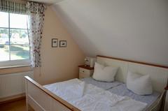 Schlafzimmer mit einem Doppelbett  (1,80 x 2,00 m)