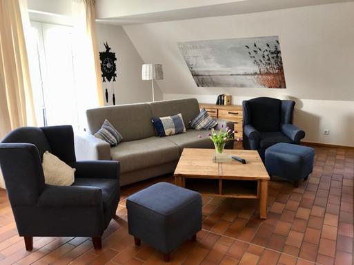 3-Zimmer-Maisonettewohnung für 4-6 Personen über 2 Etagen, ca. 75 qm. Wohn-/Schlafraum mit Sitzgruppe/Doppelbettcouch, Essplatz und Küchenzeile (4 Platten, Backofen, Geschirrspüler, Kühlschrank, Kaffeemaschine), Balkonausgang. Dusche/WC.  Vom Wohnraum Treppe ins Dachgeschoss (leichte Dachschräge): Doppelzimmer. Zweibettzimmer. Dusche/WC.