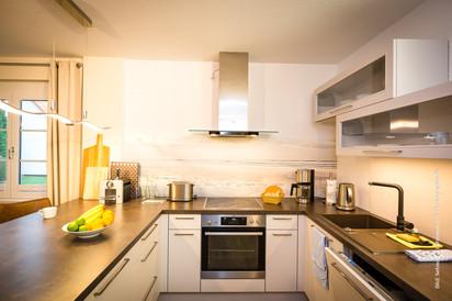 Moderne Küche mit Herd (4-Cerankochfeld und Backofen), Geschirrspüler, Kühlschrank mit Gefrierfach, Kaffeemaschine, Wasserkocher, Toaster