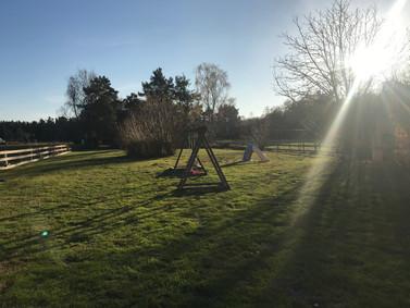 Der herrlich große Garten in Südlage bietet Ihren Kindern auf über 2.000 qm viel Platz, hier können sie unbesorgt laufen und spielen. Zum gemeinsamen Grillen treffen sich die Feriengäste auch mal gerne an den 2 Gartenhäusern.