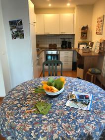 Der offene Küchenbereich schließt sich an den Eßbereich an und ist komplett ausgestattet.