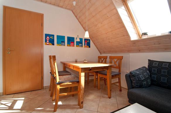 Die beidseitig vorhandenen Veluxfenster sind mit integrierten Sonnenschutzrollos versehen und können somit entsprechend der Witterung für optimales Wohlbefinden eingestellt werden.