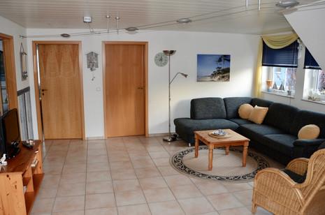Die Ferienwohnung im OG (ca. 65qm) bietet Ihnen neben zwei Schlafzimmern, einem großen Bad mit DU/WC und Waschmaschine einen großen gemütlich eingerichteten Wohn/Essbereich.