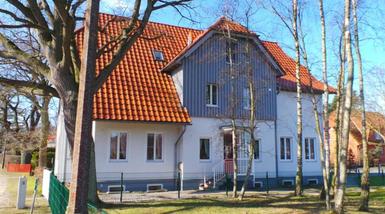 Das Haus »Borée« ist ein dreigeschossiges Haus im nordischen Baustil mit großzügiger Außenanlage, eigenen Parkplätzen und 10 Suiten / Appartements - überwiegend Zweizimmerwohnungen (mit Zugang zu modernen Medien) mit Balkon. Das Borée liegt in einer stillen Straße der Ortsmitte von Prerow.