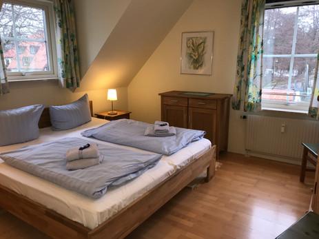 Schlafzimmer im 1. Obergeschoss mit Doppelbett (180 x 200)
