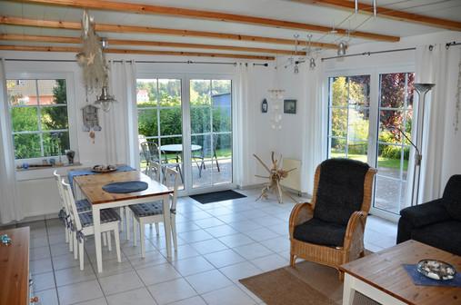 Die Ferienwohnung im EG (70 m²) bietet Ihnen neben zwei Schlafzimmern, einem großen Bad mit DU/WC und Waschmaschine einen großen gemütlich eingerichteten Wohn- Essbereich, über den Sie direkten Zugang zur Terrasse und dem Garten mit Südausrichtung haben.