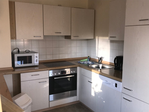 Die Küche ist mit Umluftherd, Backofen, Mikrowelle, Spülmaschine sowie Kühlschrank ausgestattet.