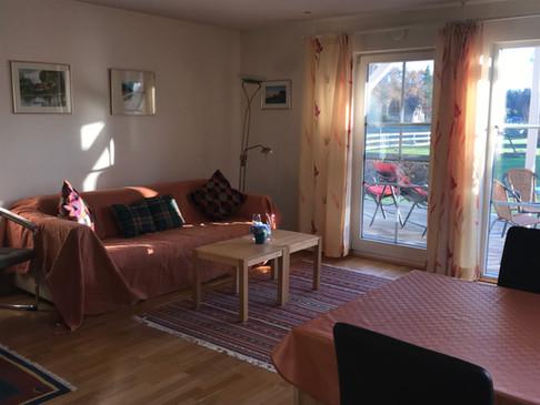 Im Wohnzimmer befinden sich (Flat-) SAT-TV, DVD-Player, Videorecorfer, CD-Radio sowie ein WLAN-Zugang.