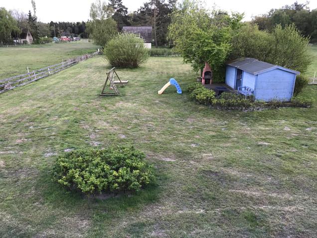 Außenbereich mit Fahrradschuppen und Spielplatz