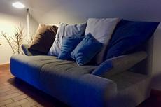 Die komfortable Ausstattung auf 75m² über 2 Etagen bietet viel Platz für 4 Personen und kann auf 6 Schlafplätze erweitert werden. Die Schlafzimmer und eines der beiden Bäder befinden sich im Obergeschoss.