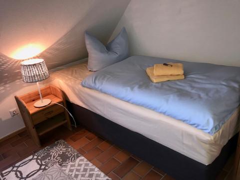 Kleines Schlafzimmer mit zwei Einzelbetten (Boxspring) je90 x 200
