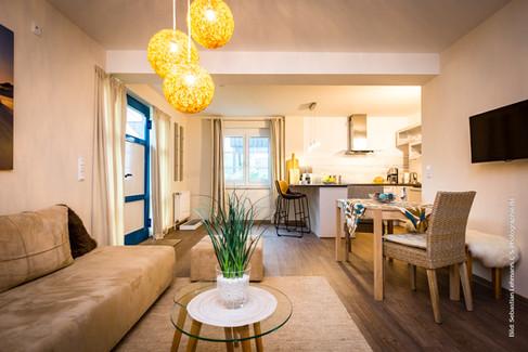 Ferienwohnung (54qm) im Erdgeschoss mit Wohnraum mit offener Küche, Schlafzimmer, Duschbad, Gäste-WC und Fahrradschuppen