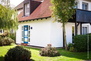 Die Ferienresidenz Kormoran liegt am Ortsrand, unmittelbar am Darßwald, ruhig an einer Stichstraße. Zum feinsandigen Nordstrand und zur Ortsmitte Prerow je 1,5 km. Die Anlage besteht aus 17 teilweise reetgedeckten Häusern mit je 8 Ferienwohnungen.