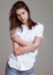 Junges Modell im weißen T-Shirt