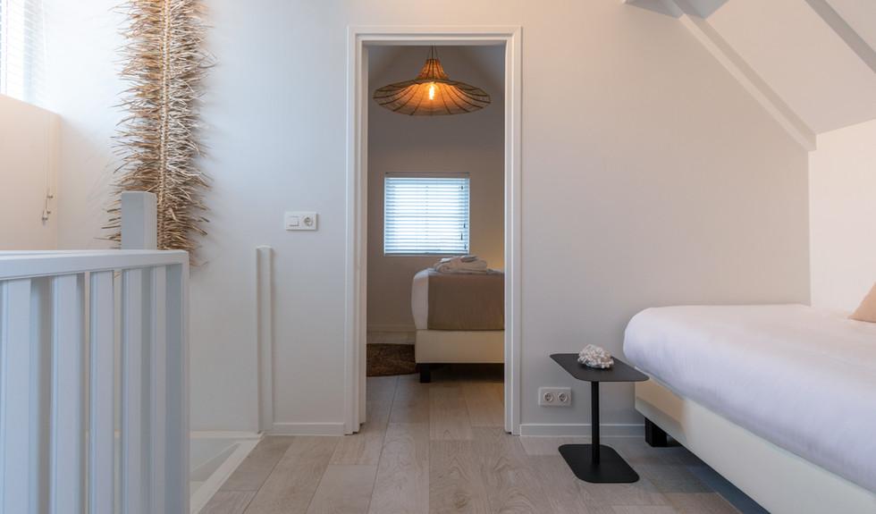 Overloop met binnenkijkje master bedroom