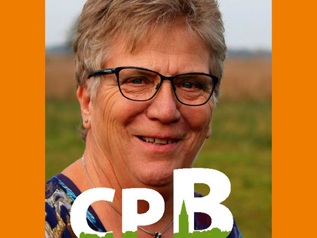 Jacqueline Willemsen stelt zichzelf en de CPB voor bij het verkiezingsdebat in Blokzijl