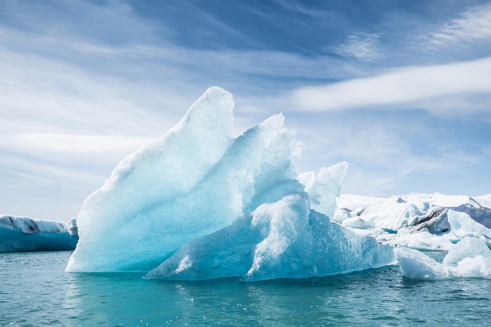 Giant iceberg floats across Jökulsárlón glacier lagoon