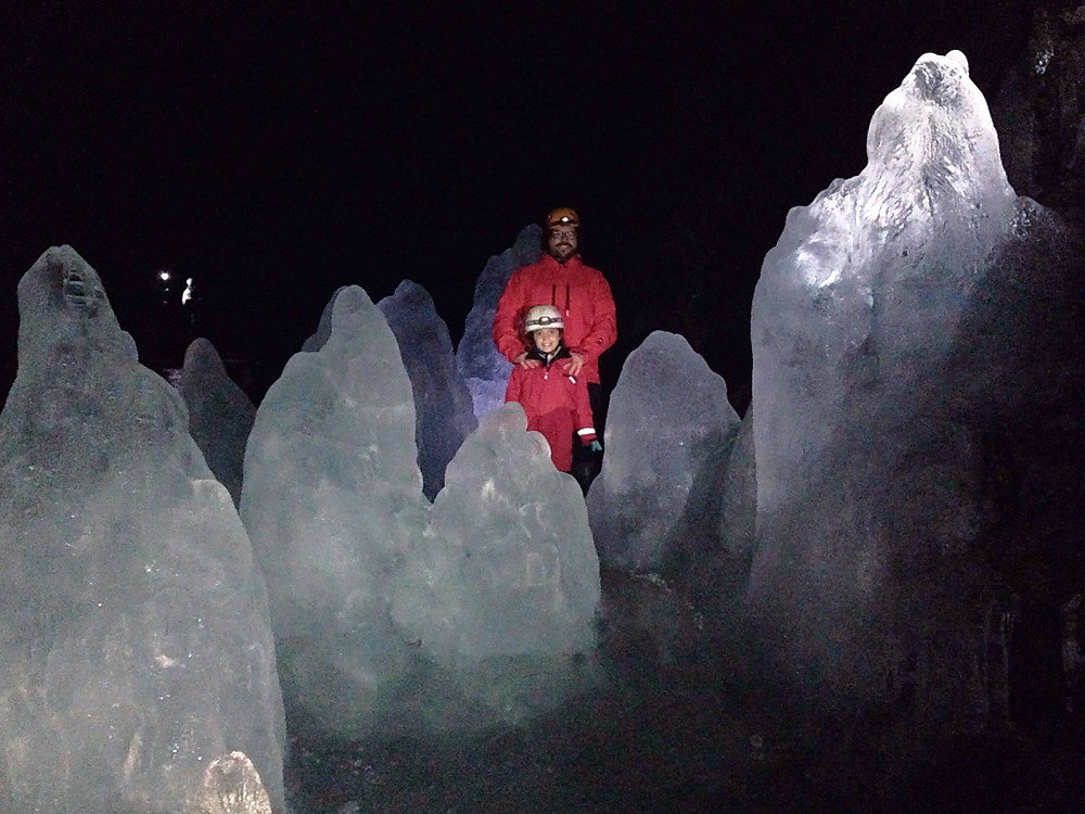 Family with ice sculptures in the Lofthellir ice cave