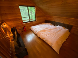 森を望む寝室