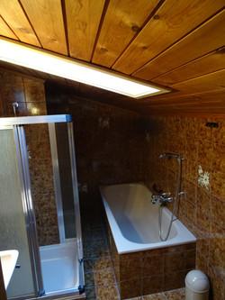 Dusche mit WC/Badewanne