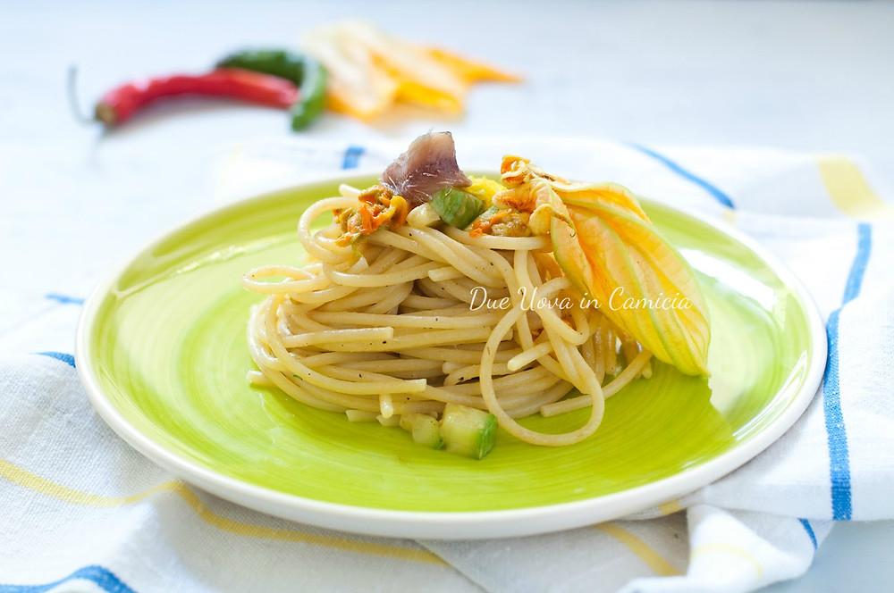 Spaghetti con alici, fiori di zucca e colatura di alici