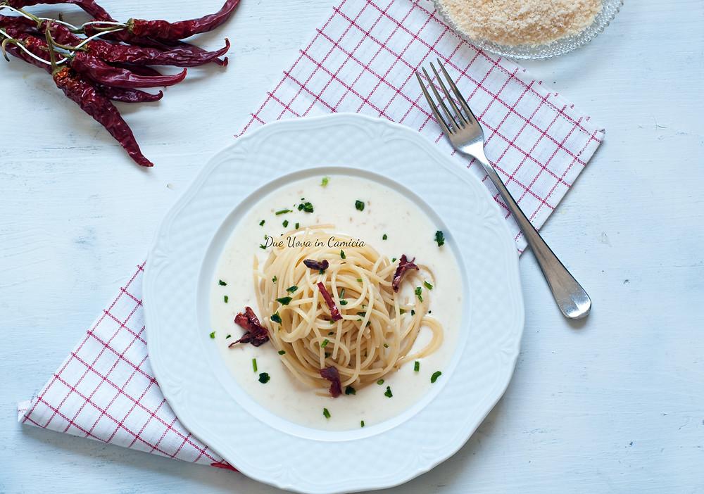 Spaghetti aglio olio e peperoncino con crema di parmigiano