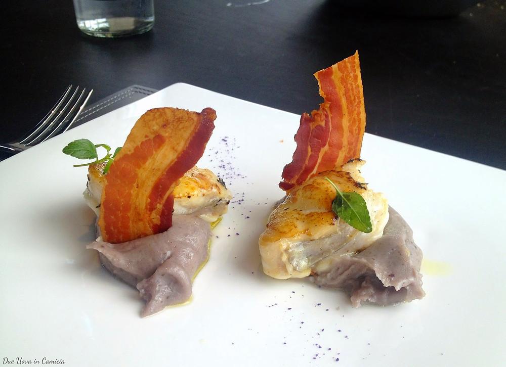 Bocconcino di rana pescatrice, bacon croccante, e purè di patate viola